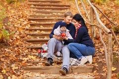 Jeunes parents avec la petite fille Photo stock