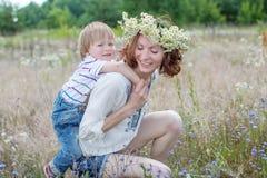 Jeunes parents et verticale attrayants d'enfant Image libre de droits