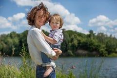 Jeunes parents et verticale attrayants d'enfant Photographie stock libre de droits