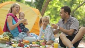 Jeunes parents heureux avec deux petites filles de charme clips vidéos