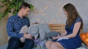 Jeunes parents heureux et leur fille de bébé jouant le togerher banque de vidéos