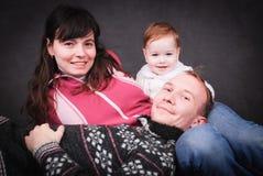 Jeunes parents heureux et petit bébé Images stock