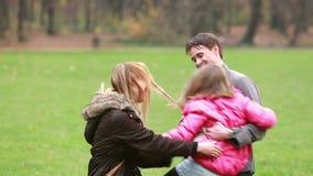 Jeunes parents jouant avec la fille en parc clips vidéos