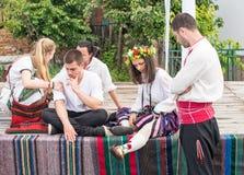 Jeunes participants du festival dans le village bulgare avant les jeux de Nestinar, Bulgarie Images stock