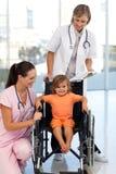 jeunes patients d'infirmière de docteur Photos libres de droits