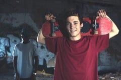 Jeunes patineurs ayant l'amusement dans un endroit urbain Images libres de droits