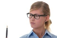 jeunes pensifs de femme de verticale de crayon lecteur de fixation Images libres de droits