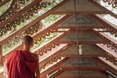 Jeunes petits moines bouddhistes marchant le long images libres de droits