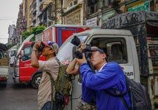 Jeunes photographes prenant des photos photographie stock