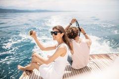 Jeunes photographes prenant la photo de son amie sur le seaboat Photographie stock