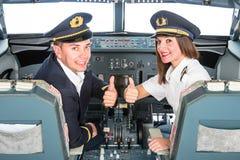 Jeunes pilotes dans le simulateur de mouche images stock