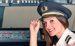 Jeunes pilotes femelles préparent pour le décollage images libres de droits
