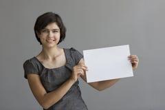 Jeunes points d'étudiant à un signe Photographie stock libre de droits