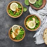 Jeunes pois verts, haloumi de fromage, citron salade orange avec des tranches de pain Vue supérieure Photographie stock
