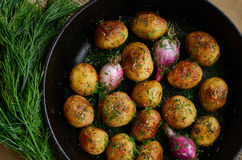 Jeunes pomme de terre et oignon frits entiers faits maison Photographie stock libre de droits