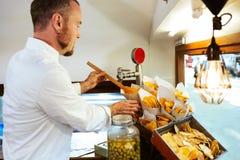 Jeunes pommes de terre de barbecue de portion de chef dans un camion de nourriture photographie stock libre de droits