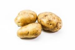 Jeunes pommes de terre sur le fond blanc Photographie stock libre de droits