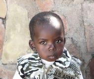 Jeunes poses de garçon de Maasai pour une verticale Photographie stock libre de droits