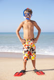 Jeunes poses de garçon sur la plage Photo stock