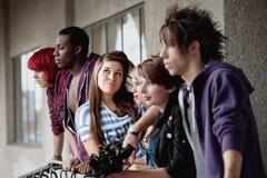 Jeunes poses punkes attrayantes de fille Image libre de droits
