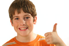 Jeunes pouces de garçon vers le haut images stock