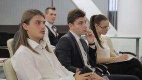 Jeunes professionnels à la conférence dans le bureau moderne à l'intérieur banque de vidéos