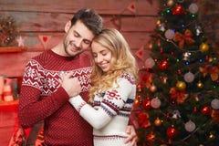 Jeunes rêves heureux de couples la nuit de Noël Photographie stock libre de droits