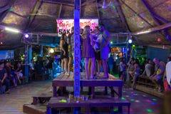 Jeunes randonneurs ayant l'amusement dans une des barres dans Vang Vieng, Laos Image stock