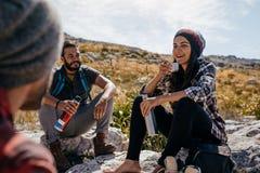 Jeunes randonneurs détendant et ayant le café Images stock