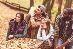Jeunes randonneurs d'amis s'asseyant à la table Photo libre de droits