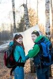 Jeunes randonneurs de couples regardant la carte Images stock