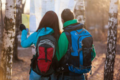 Jeunes randonneurs de couples regardant la carte photo stock