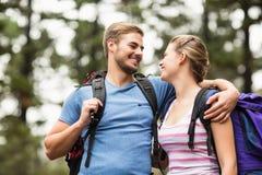 Jeunes randonneurs heureux regardant l'un l'autre image libre de droits