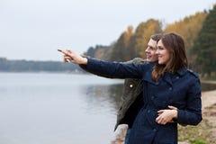 Jeunes regards et exposition de couples dans ce qui Photographie stock libre de droits