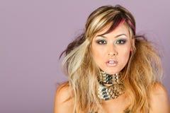 Jeunes renivellement et coiffure asiatiques magnifiques de femme Photographie stock libre de droits
