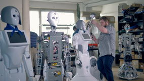 Jeunes robots de se réunir d'ingénieurs au laboratoire banque de vidéos