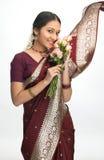 jeunes roses indiens de fille de fleurs images stock