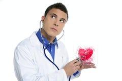 jeunes rouges d'essai d'homme de coeur de santé de docteur Photographie stock libre de droits