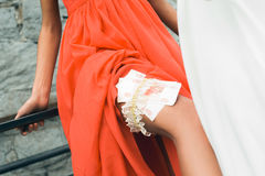 jeunes rouges de fille de robe Image stock