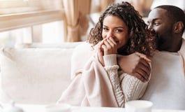 Jeunes séance et étreindre amusés de couples d'Afro-américain Photographie stock