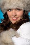 jeunes s'usants de femme de chapeau de fourrure photographie stock libre de droits