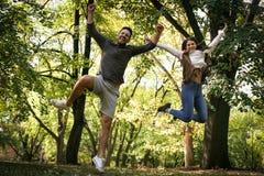 Jeunes sauter et poses drôles de couples à l'appareil-photo Image stock