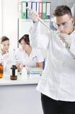 Jeunes scientifiques attirants d'étudiants de doctorat dans le laboratoire images stock