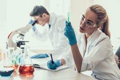 Jeunes scientifiques examinant des échantillons dans le laboratoire photos libres de droits