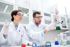 Jeunes scientifiques faisant l'essai ou la recherche dans le laboratoire photo libre de droits