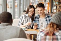 Jeunes se reposant dans le café Image stock
