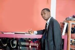Jeunes signes d'homme d'affaires une association photographie stock libre de droits