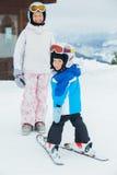 Jeunes skieurs. Images stock