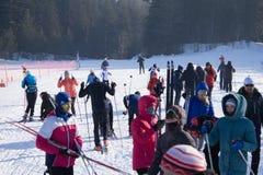 Jeunes skieurs de la Russie Berezniki le 11 mars 2018 - prêts à commencer à construire Images stock