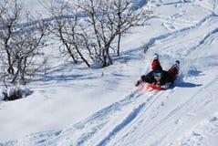 jeunes sledding de garçon Photographie stock